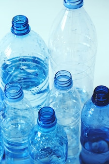 Grupo de garrafas de plástico