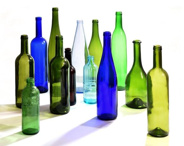 Grupo de garrafas espalhadas em um fundo branco