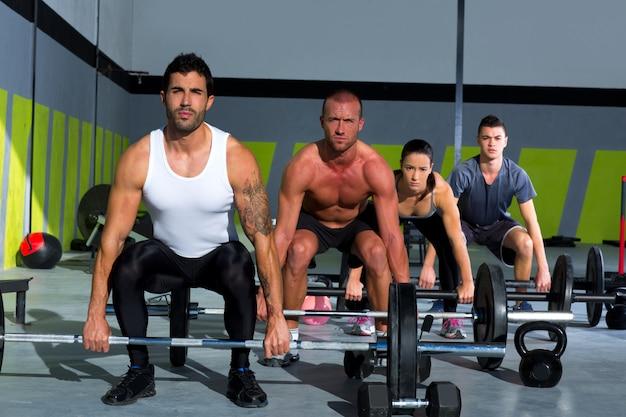 Grupo de ginástica com treino de crossfit de barra de levantamento de peso