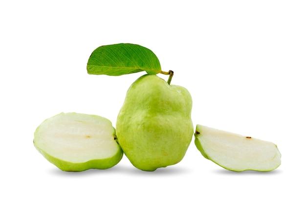 Grupo de goiabas frescas sem sementes com folhas verdes e cortadas ao meio e cortadas em fundo branco.