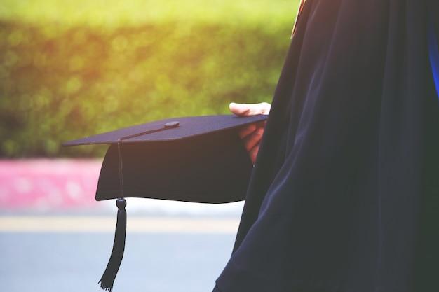 Grupo de graduados durante o início. parabéns de educação de conceito em grau universitário. cerimônia de formatura