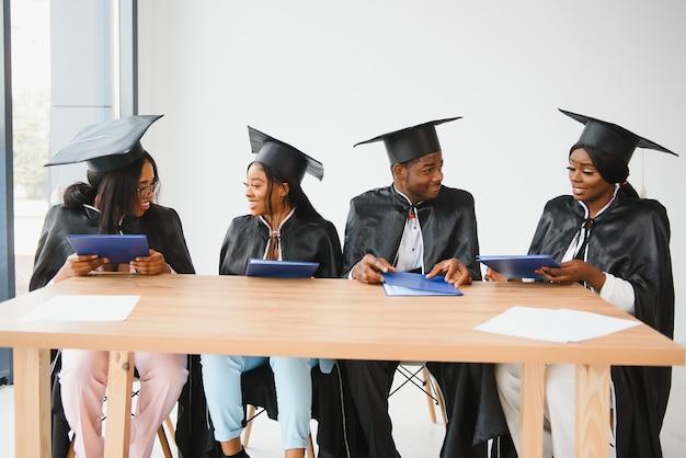 Grupo de graduados universitários multiculturais.