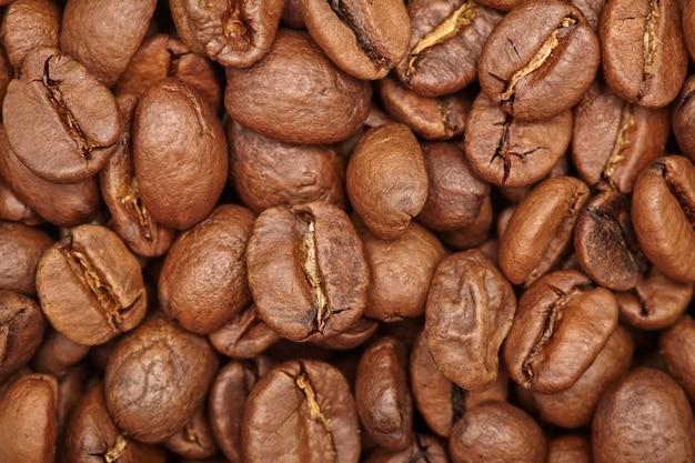 Grupo de grãos de café marrom na parede, macro, close-up