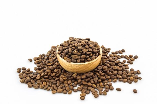Grupo de grãos de café torrados.