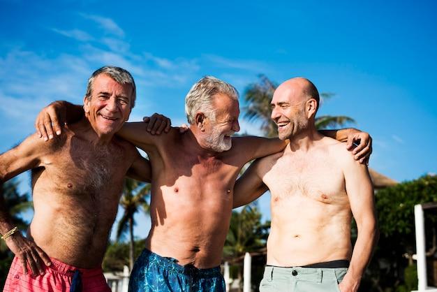 Grupo, de, homens altos, praia