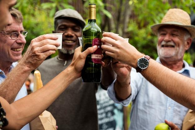 Grupo de homens bebendo vinho tinto local juntos