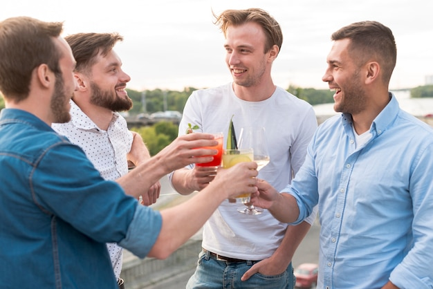 Grupo de homens brindando em uma festa