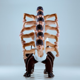 Grupo de homens e mulheres dançando coreografia hip hop