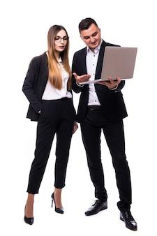 Grupo de homens e mulheres de negócios em suíte preta e branca com laptop