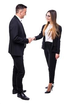 Grupo de homens e mulheres de negócios em uma suíte preta no branco