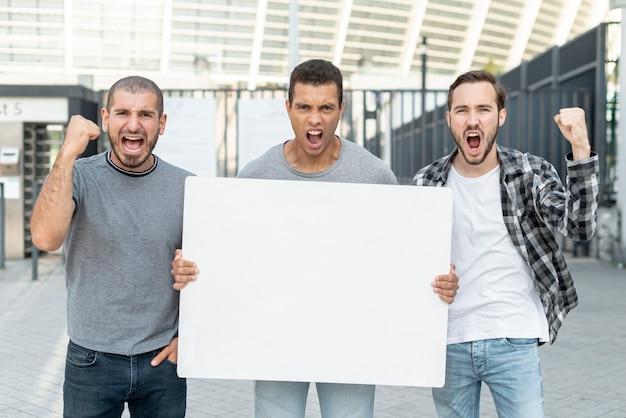 Grupo de homens protestando juntos