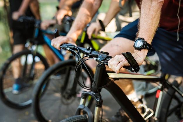 Grupo de idosos de bicicleta no parque