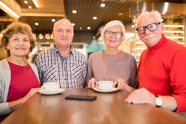 Grupo de idosos descansando na cafeteria