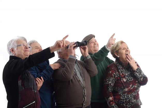 Grupo de idosos e olhando surpreso