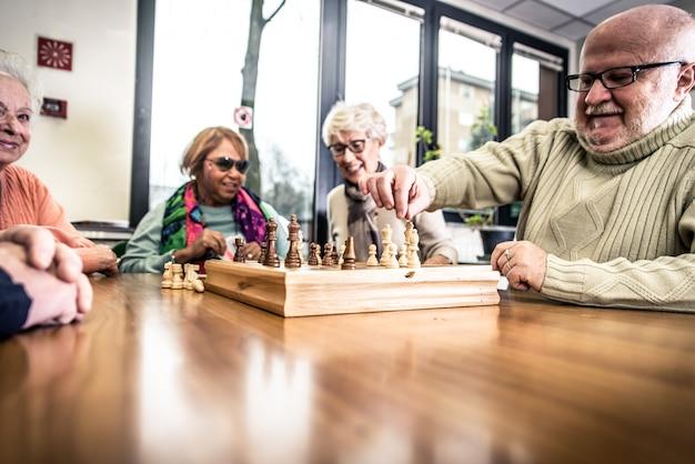 Grupo de idosos fazendo atividades dentro do hospício