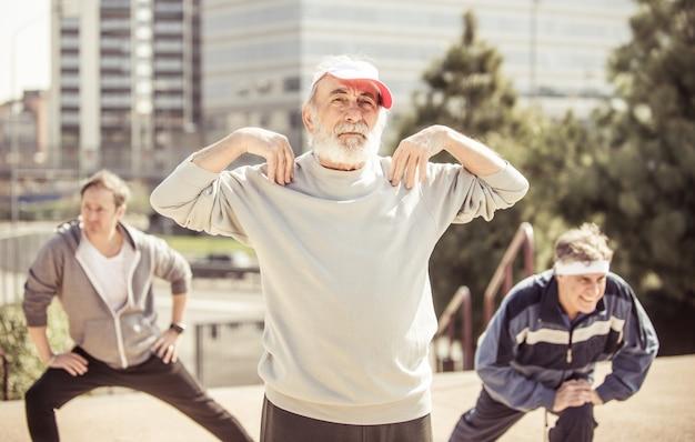 Grupo de idosos fazendo jogging no parque