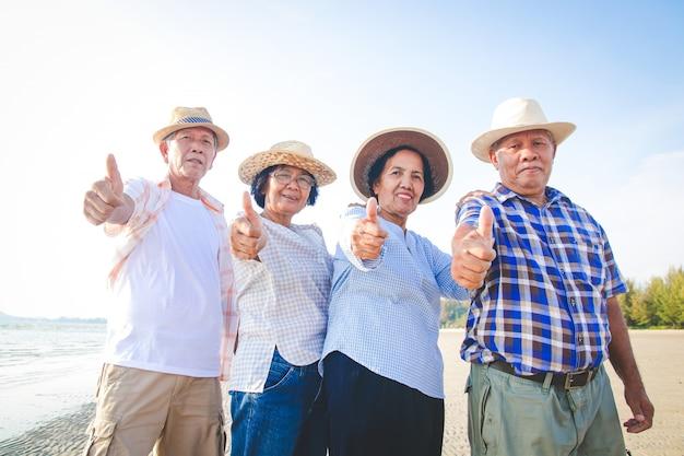 Grupo de idosos mostrando os polegares