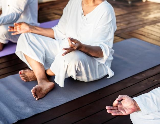 Grupo de idosos praticando ioga