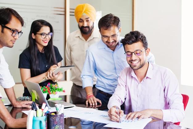 Grupo de indianos discutindo uma estratégia de projeto