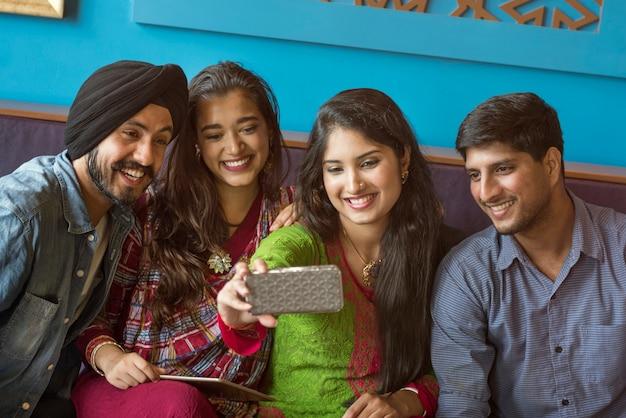 Grupo de indianos estão tomando selfie juntos