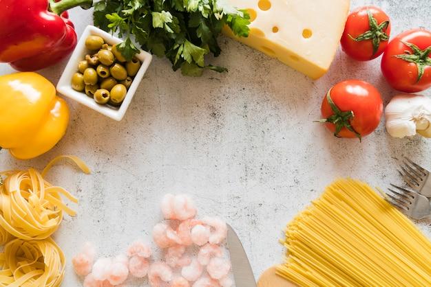 Grupo de ingredientes italianos na mesa branca
