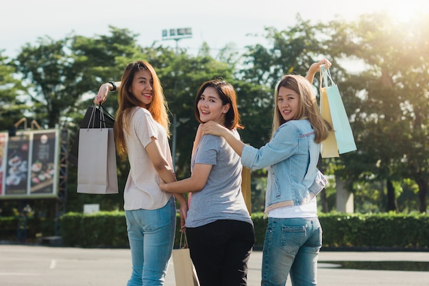 Grupo, de, jovem, mulher asian, shopping, em, um, mercado ao ar livre, com, bolsas para compras, em, seu, mãos