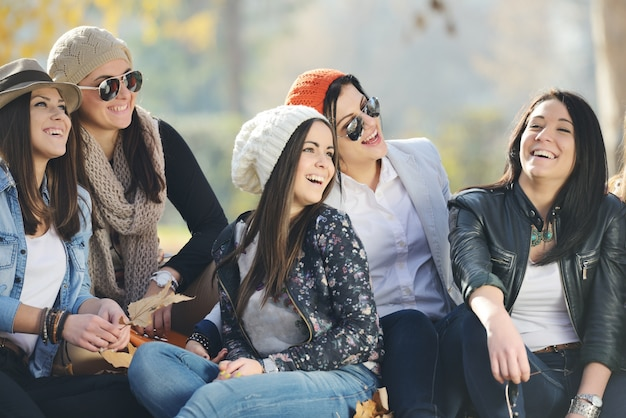 Grupo de jovens adolescentes juntas na natureza
