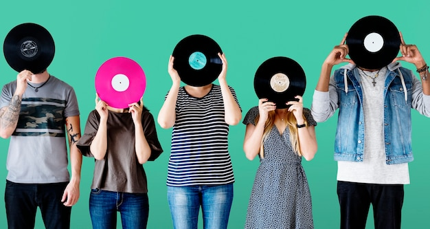 Grupo de jovens adultos com disco de vinil