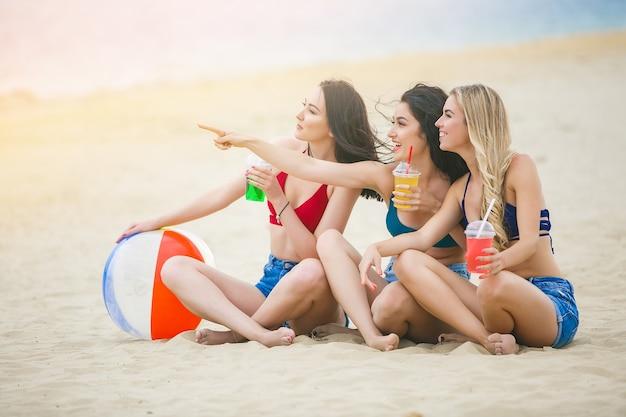 Grupo de jovens alegres se divertindo na praia