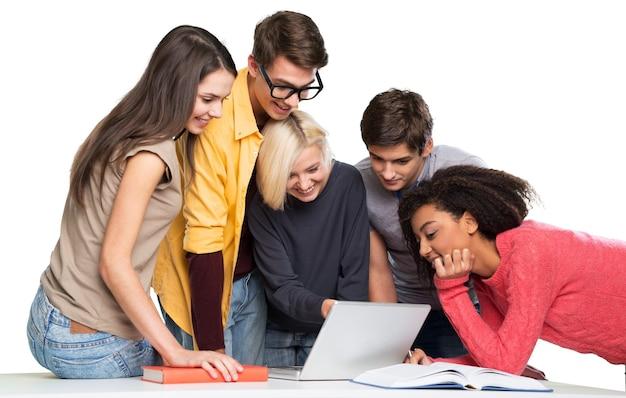 Grupo de jovens alunos estudando na sala de aula