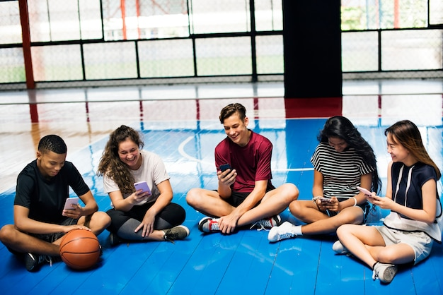 Grupo de jovens amigos de adolescente em uma quadra de basquete