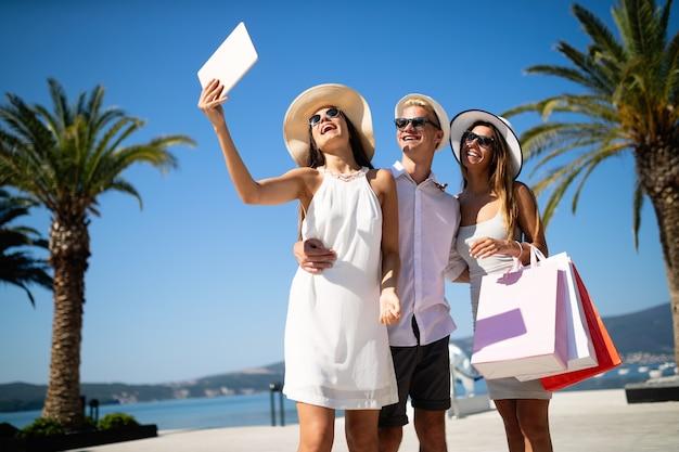 Grupo de jovens amigos fazendo selfie depois das compras