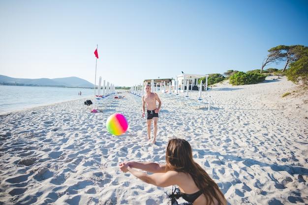 Grupo de jovens amigos multiétnicas praia verão