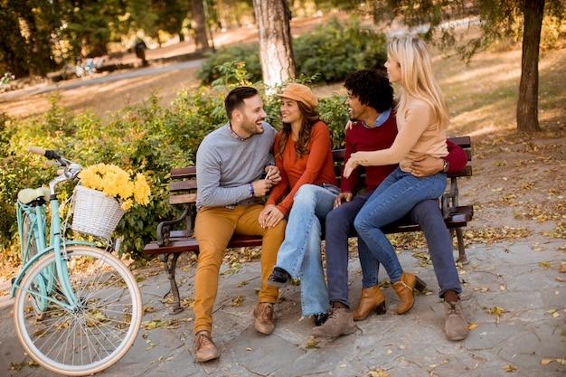 Grupo de jovens amigos multiétnicas se divertindo no parque