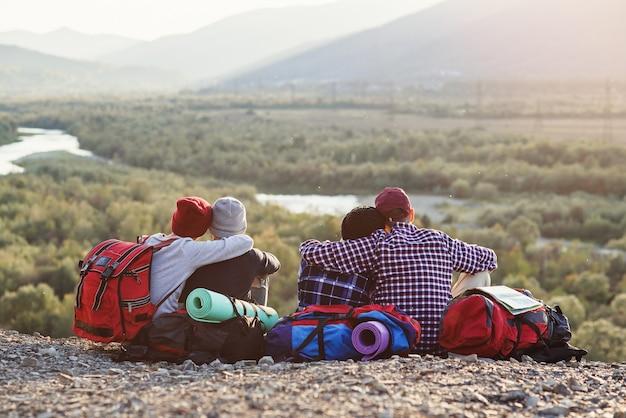 Grupo de jovens amigos viajando juntos nas montanhas.