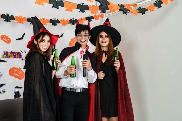Grupo de jovens asiáticos celebrando o halloween