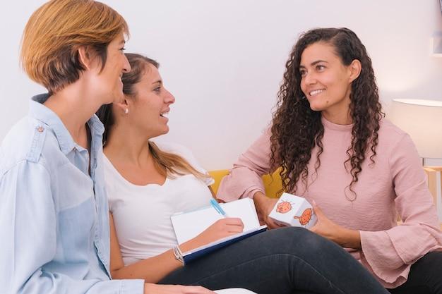 Grupo de jovens assistentes sociais, preparando uma aula de emoção humana para crianças