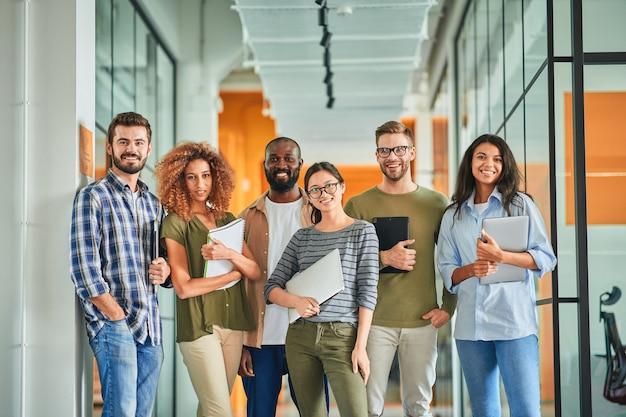 Grupo de jovens colegas de trabalho com autoconfiança posando para a foto da equipe