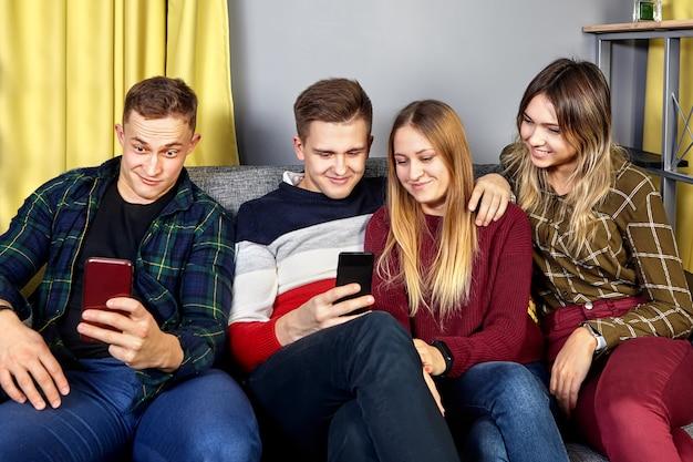 Grupo de jovens de duas meninas e um casal de homens, com cerca de 20 anos.