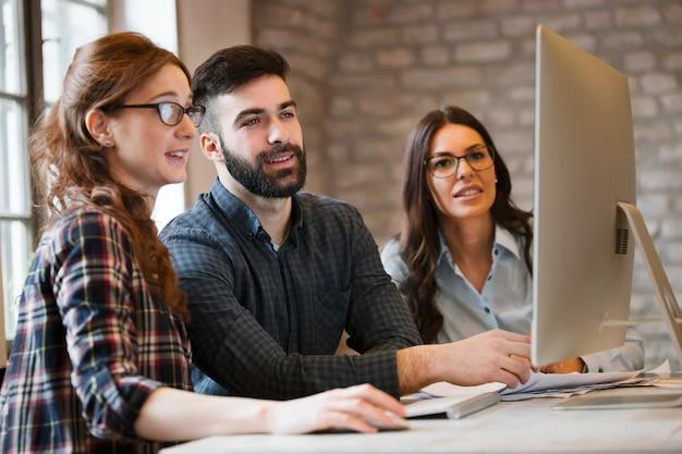 Grupo de jovens designers trabalhando em equipe no escritório