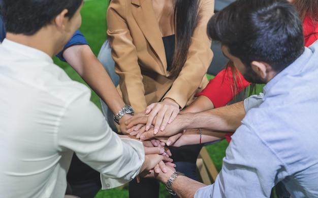 Grupo de jovens diversos tem problema de vida, unir as mãos, fortalecer-se durante a sessão de terapia