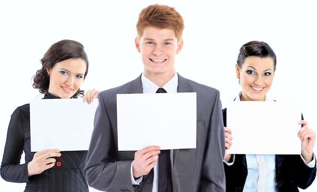 Grupo de jovens empresários a sorrir. sobre fundo branco
