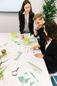 Grupo de jovens empresários conversando sobre preservação de recursos naturais