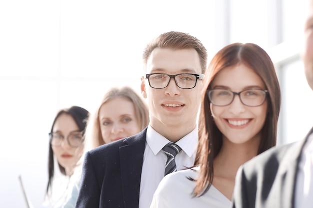 Grupo de jovens empresários em uma fila.