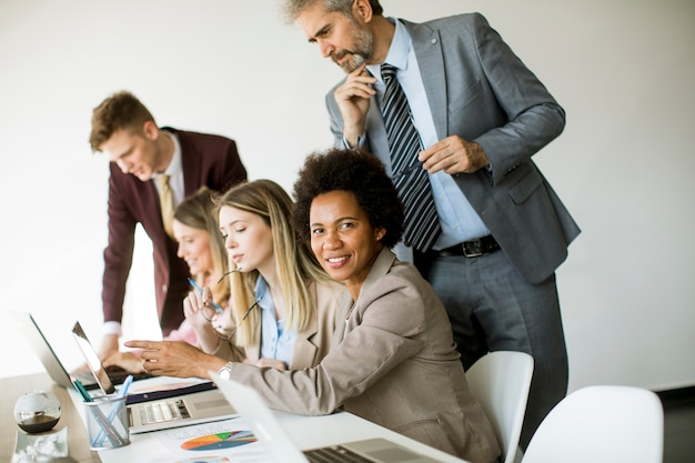 Grupo de jovens empresários multiétnicas trabalhando em novo projeto