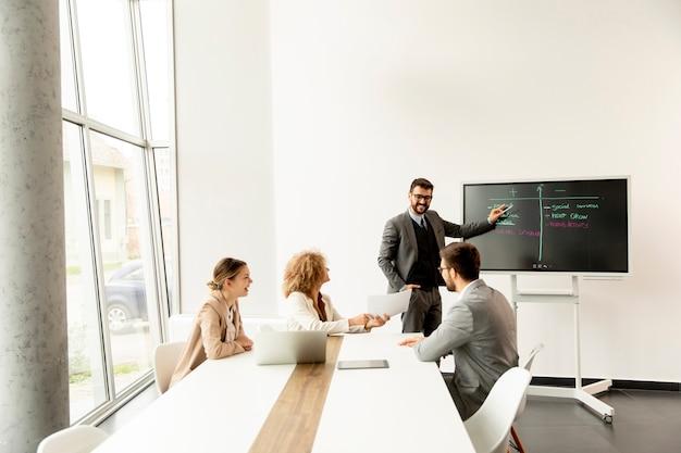 Grupo de jovens empresários multiétnicos trabalhando juntos no escritório