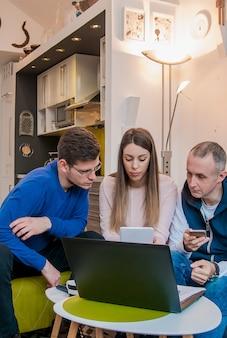 Grupo de jovens empresários se reúne e trabalha. confiável equipe de engenheiros que trabalham juntos