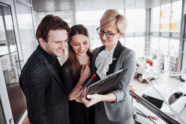 Grupo de jovens empresários trabalhando juntos no grande escritório de coworking.