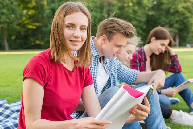 Grupo de jovens estudantes aprendendo no parque