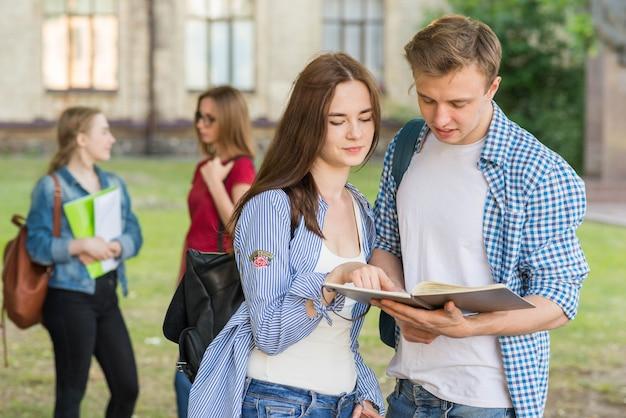 Grupo de jovens estudantes em frente ao prédio da escola